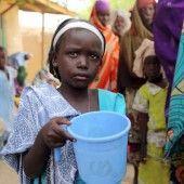 Betteln um das tägliche Trinkwasser im Flüchtlingslager