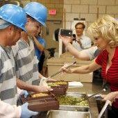 Pamela Anderson verköstigt Sträflinge