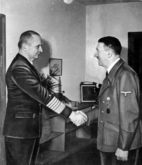 """Adolf Hitler (r.) empfängt kurz vor seinem Suizid im """"Führerbunker"""" den Großadmiral und späteren Reichspräsidenten Karl Dönitz. Foto: Bundesarchiv"""