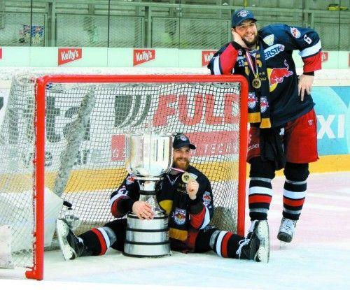 Alexander Pallestrang (r.) und Brett Sterling posieren stolz mit dem Meisterpokal. Foto: gepa