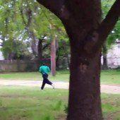 Unbewaffnetem Mann in Rücken geschossen