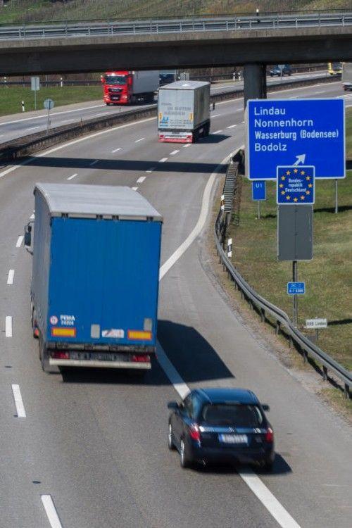 Auf der deutschen A 96 werden die Autofahrer eingebremst.