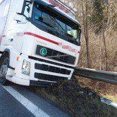Lkw mit geplatzten Reifen: S16 stundenlang gesperrt