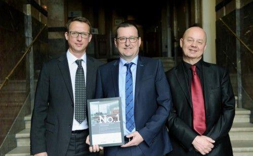 Burkhard Dünser (Mitte), Hannes Lindner von Standort + Markt sowie Dr. Joachim Will von ecostra (v.l.n.r.). Foto: Heribert Corn