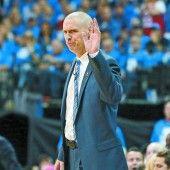 Nach der Strafe klebt sich Coach Carlisle Mund zu