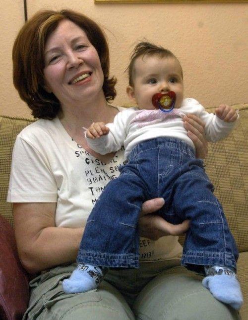 Das Foto zeigt Annegret R. mit ihrer Tochter Leila 2005. Schon damals war ihre Schwangerschaft im hohen Alter eine Sensation. Foto: EPA