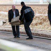 Kleinkind im Buggy von Güterzug überrollt