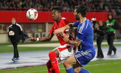 David Alaba im Duell um den Ball mit Bosniens Emir Spahic. Foto: gepa