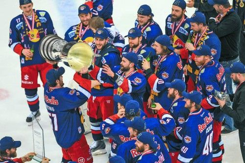Der EC Salzburg jubelt in Wien nach dem elften Play-off-Erfolg en suite über den Eishockey-Meistertitel. Foto: gepa