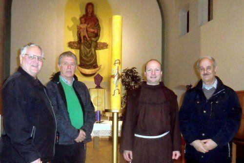 Der Imkerverein spendete die Osterkerze für die Franziskaner.