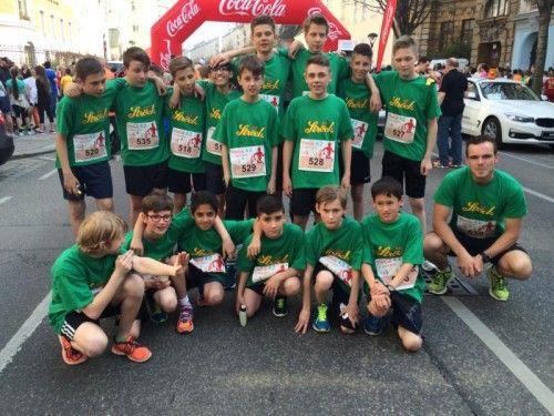 Die siegreichen Burschen des Ströck Marathon Teams Hard-Mittelweiherburg mit Betreuer Simon Härle (r.) beim Coca Cola Junior Run in Wien. Foto: privat