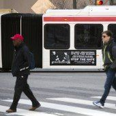 Busse mit  Hitler-Werbung