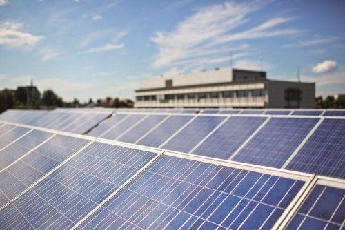 Bei der com:bau informiert das größte Energieunternehmen des Landes auch über seine Sonnenstromaktien, die die Beteiligung am Ertrag von PV-Anlagen möglich macht.