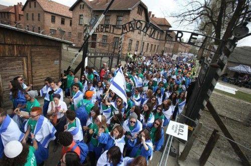 """Etwa 10.000, zum Großteil junge Menschen aus der ganzen Welt, nahmen zum Gedenken an die Holocaust-Opfer am Donnerstag am """"Marsch der Lebenden"""" in Auschwitz teil.  FOTO: AP"""