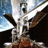 Kosmische Super-Sehhilfe zu Hubbles 25er