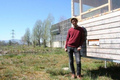 Gerhard Berlinger neben dem Bienenkasten auf dem Haberkorn-Firmengelände.  Foto: Schuster