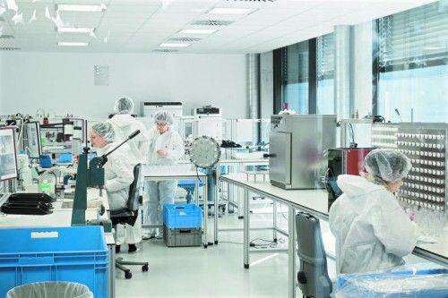 Im Reinraum werden die A.M.I.-Produkte unter EInhaltung höchster Hygienestandards gefertigt.  Fotos: TMH Pressedienst
