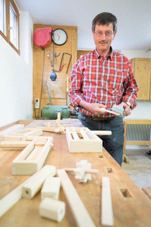 In seiner gut eingerichteten Werkstatt baut Albert Schneider die Brauchtumsinstrumente. Fotos: VN/Hartinger