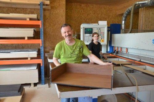 Karl Baliko (im Bild mit Tischlereitechnikerin Sarah Obertautsch) präsentiert auf der Interzum ein neues Schubladensystem.  Foto: VN/Scalet