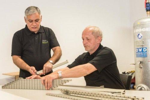 Konzentriert sind Drago Mitrovic (l.) und Herbert Grill bei der Sache, die Arbeit erfordert Präzision. Foto: DS