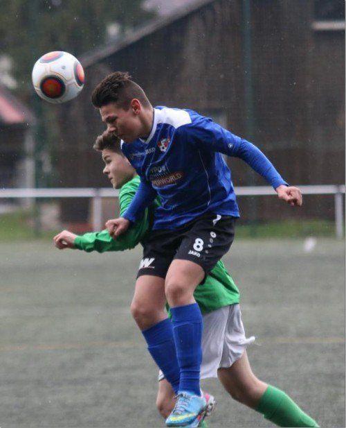 Kopfballsieger Milan Rakic (blaues Trikot) – für die U-15-Elf der AKA Hypo Vorarlberg gab es den ersten Saisonsieg. Foto: Knobel