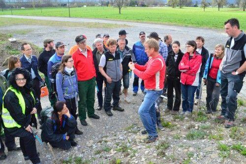 Kursleiter Reinhard Witt erklärt die naturnahe Begrünung.
