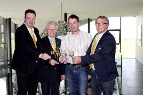 Luggi Zortea (l.) mit VSOV-Präsident Willi Hirsch sowie Winzer Niki Moser und Weinfan Hannes Keckeis.  Fotos: Franc