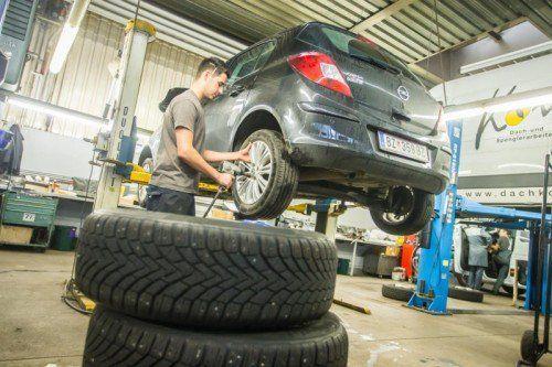 Mit dem Reifenwechsel muss noch frühestens bis zum 15. April gewartet werden.  Foto: VN/Steurer