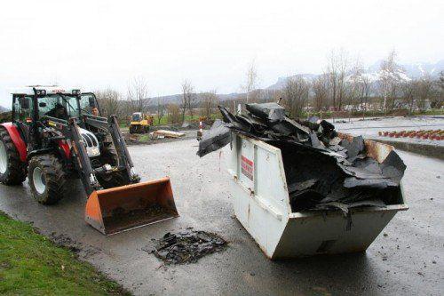 Mit einem Traktor wurden am Mittwoch die großen Trümmerteile nach dem Sturm beseitigt.