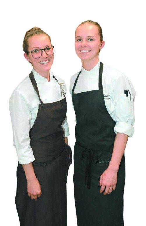 Mit in der Küche: Raphaela Wirrer (l.) und Christina Schoyswohl.