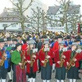 1000 Musikanten spielen zum Protestmarsch auf