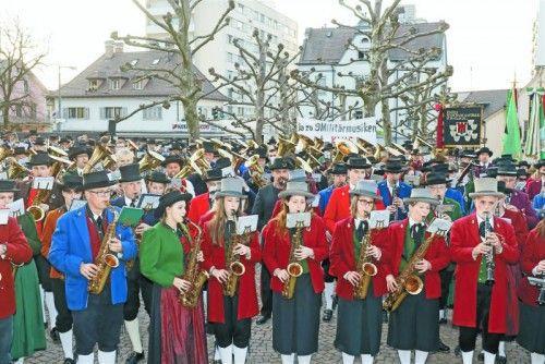 Mit Marschmusik und Transparenten verschafften sich die zahlreichen Musikanten Gehör.  Foto: VN/Paulitsch