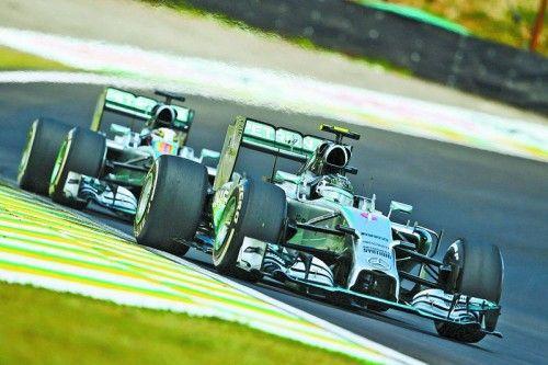 Nico Rosberg kann es sich nicht leisten, nur hinter Lewis Hamilton herzufahren. Foto: gepa
