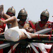 Philippiner ließen sich ans Kreuz schlagen