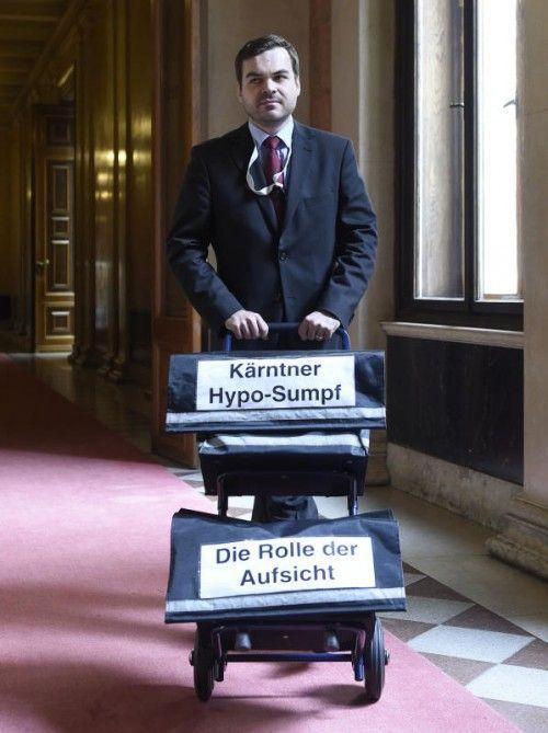 Transport der Akten zum Hypo-U-Ausschuss. Dass viele geschwärzt sind, wollen die Fraktionsführer nicht akzeptieren.  FOTO: APA