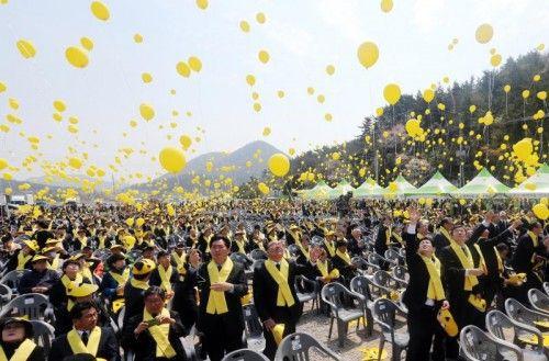 Unzählige gelbe Ballons steigen am Jahrestag des Unglücks am Hafen von Jindo in die Luft. Foto: AP