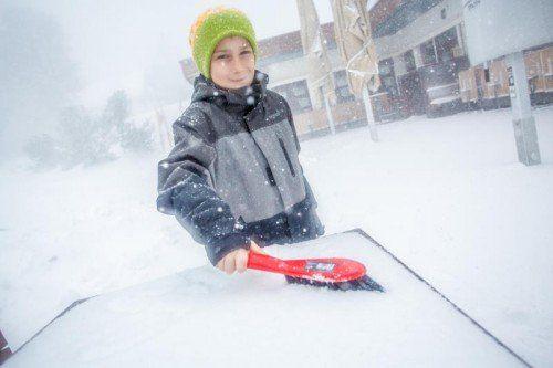 Vom Frühling direkt in den Winter katapultiert wurde auch Tobias (10) am Bödele.  Foto: VN/Steurer