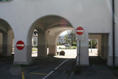 Von der Rheinstraße aus ist hier die Durchfahrt verboten.  Foto: pes