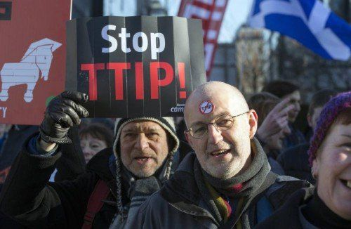Vor dem EU-Gebäude in Brüssel wird immer wieder gegen das Freihandelsabkommen TTIP protestiert.  FOTO: REUTERS