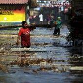Extrem hoher Wellengang in El Salvador