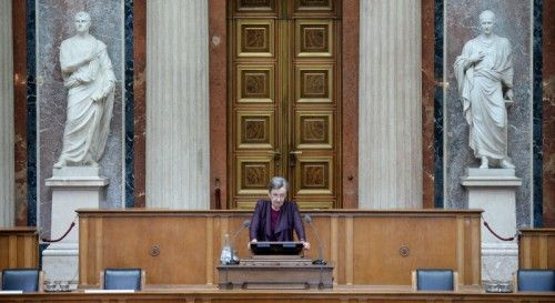 """ABD0118_20150505 - WIEN - ÖSTERREICH: Die Autorin Christine Nöstlinger bei ihrer Gedenkrede im Rahmen der """"Gedenkveranstaltung gegen Gewalt und Rassismus im Gedenken an die NS-Opfer"""" am Dienstag, 5. Mai 2015, im Parlament in Wien. - FOTO: APA/ROLAND SCHLAGER"""