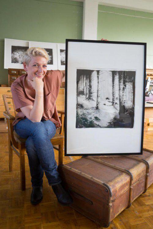 """""""Aus Schwarz entsteht alles andere"""", erzählt Michaela Ortner-Moosbrugger über die Arbeit mit Tusche.  Foto: VN/Hartinger"""