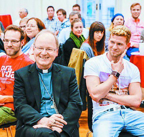"""Bischof Benno im Talk mit jungen Leuten zu """"Zivilcourage"""". Foto: MK"""