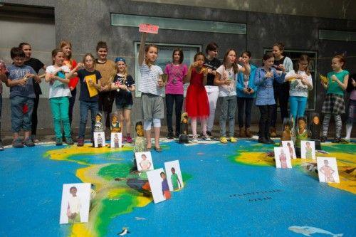 Bregenzer Schüler weihen die interaktive Weltkarte mit einem Plädoyer für Kinderrechte ein. Foto: VN/Hartinger