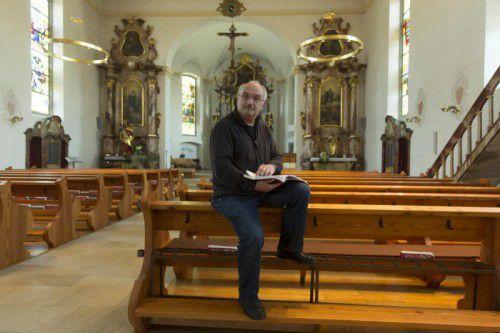Das Bild trügt nicht. Roland Trentinaglia sitzt vor allem während der Predigt gerne auf Kirchenbänken. Foto: VN/Paulitsch