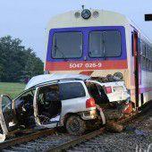 Zug rammt Auto in NÖ: Fünf Menschen sterben