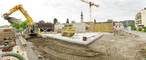 Der Bau des neuen Pflegeheimes mitten in Höchst liegt genau im Zeitplan. Nach der Fertigstellung wird das Altenwohnheim (rechts im Bild) abgerissen.