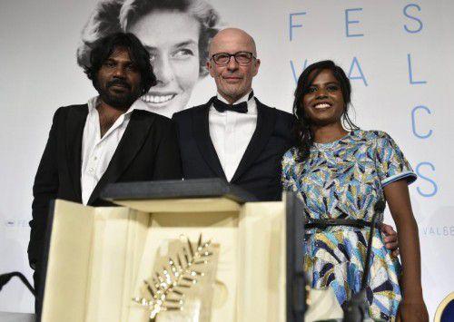 Der Franzose Jacques Audiard mit den Schauspielern Kalieaswari Srinivasan und Jesuthasan Antonythasan aus Sri Lanka. Foro: EPA