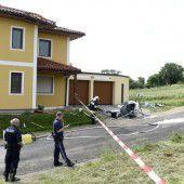 Kleinhubschrauber touchiert Hausdach