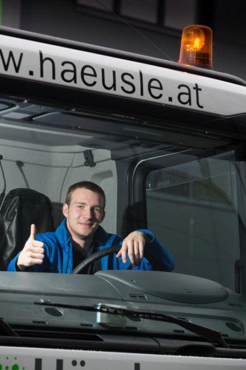 Der Lustenauer Stefan Büchele (21) in seiner zweiten Heimat: der Führerkabine eines Lastwagens. Foto: VN/Hartinger
